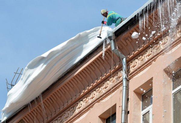 Очистка кровли от наледи и уборка снега